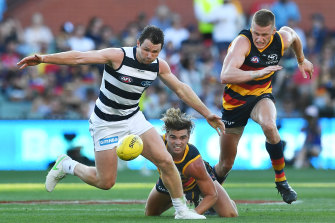 Patrick Dangerfield and Ben Keays vie for possession.