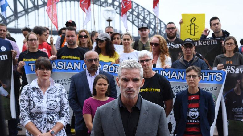 Mantan pesepakbola dan presenter SBS Craig Foster pada rapat umum di Sydney untuk mendukung Hakeem al-Araibi.