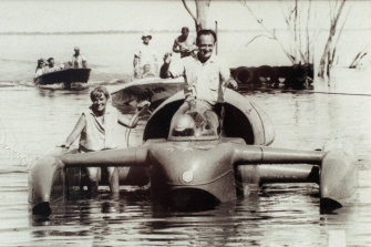 Donald Campbell (with his his wife Tonia Bern-Campbell) in Bluebird on Lake Dumbleyung in 1964.