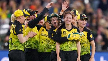 Alyssa Healy and her Australian teammates celebrate a Megan Schutt wicket in the T20 final.