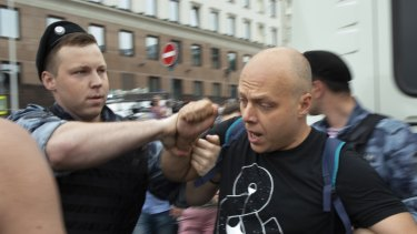 Police and hundreds of demonstrators faced off in central Moscow at an unauthorised march against police abuse in the wake of the high-profile detention of a Russian journalist.