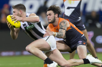 Zac Williams of the Giants tackles Taylor Adams of the Magpies.