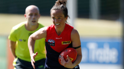 Daisy Pearce shows class in comeback, Bulldogs captain injured