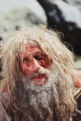 Pierre Richard with a more familiar image of Robinson Crusoe from a different adaptation for the small screen.