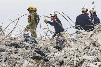 A equipe de busca e resgate encontrou vários outros corpos na cavidade do porão da torre que desabou.