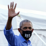 Barack Obama wears a mask on arrival at the rally for Joe Biden.