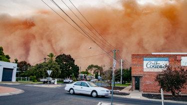 The dust storm hits Mildura.