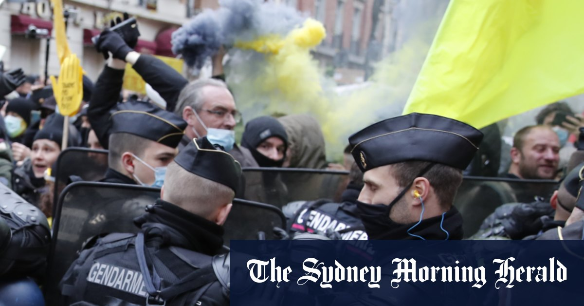 Demonstrators torch cars smash windows in Paris protest – Sydney Morning Herald