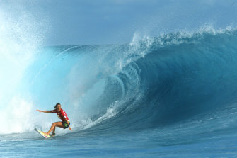 Layne Beachley at the Billabong Pro Teahupo'o in 2002 before hitting the coral reef.