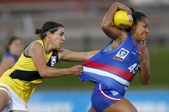 Vaomua Laloifi, right, playing for the Bulldogs in the VFLW last year.