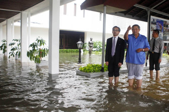 Then Indonesian President Susilo Bambang Yudhoyono, and Foreign Minister Marty Natalegawa, left, inspect the flooded palace in Jakarta in January 2013.
