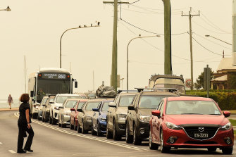 Huge queues are facing motorists trying to get fuel from Batemans Bay and drive on to safer areas.