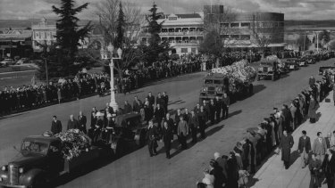Funeral procession of former Prime Minister, Joseph Benedict Chifley, moves slowly along Russell St  on the way to Bathurst cemetery, while people stand in silent tribute. June 17, 1951.