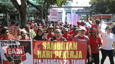 Hundreds of workers demand raise of basic salary and end of discrimination in Kuala Lumpur.