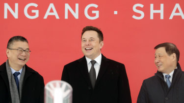 Tesla's vice-president of sales Robin Ren, CEO Elon Musk and Shanghai mayor Ying Yong.