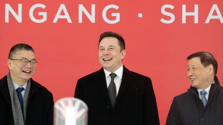 Tesla's vice-president of sales Robin Ren, CEO Elon Musk and Shanghai mayor Ying Yong.