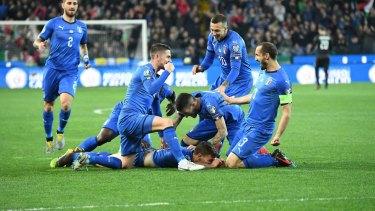 意大利选手Nicolo Barella在与芬兰队的比赛中与队友一起庆祝。