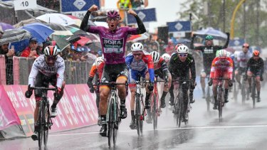 Pascal Ackermann wins the fifth stage in heavy rain.