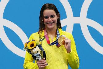 Kaylee McKeown receives her gold medal.