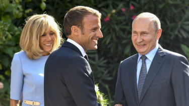 All smiles: French President Emmanuel Macron, his wife Brigitte, and Russian President Vladimir Putin.