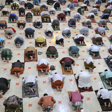 Indonesian Muslims socially distanced as they prayed to mark the end of the holy month in 2020.