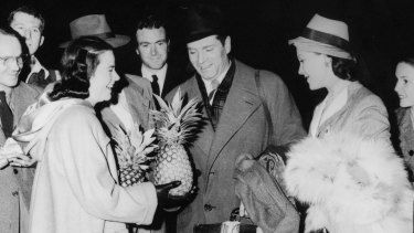 Sir Laurence Olivier and Vivien Leigh get a prickly greeting at Archerfield airport, Queensland, in 1948.