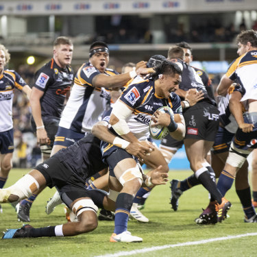 Pete Samu scores off the back of a Brumbies rolling maul.