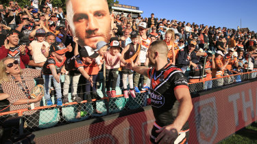 Robbie Farah does a farewell lap at Leichhardt Oval.