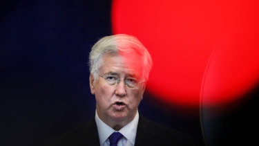 Former defence secretary Michael Fallon wants the United Kingdom to delay a decision on the 5G mobile network.