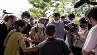 カメラに向かって中央にあるVincent Fichotは東京で断食闘争をしながら、西欧メディアの注目を受けました。