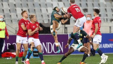 CAPE TOWN, SOUTH AFRICA - JULY 31: Cheslin Kolbe of South Africa jumps for the ball against Stuart Hogg of the British & Irish Lions during the 2nd Test between South Africa Springboks and the British & Irish Lions at Cape Town stadium on July 31, 2021 in Cape Town, South Africa. (Photo by EJ Langner/Gallo Images/Getty Images)