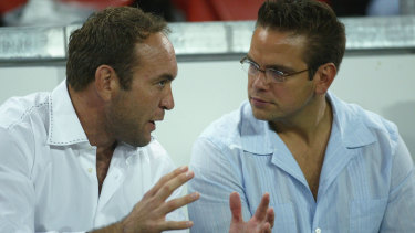 Broncos great Gorden Tallis and Lachlan Murdoch locked in discussion in 2004.