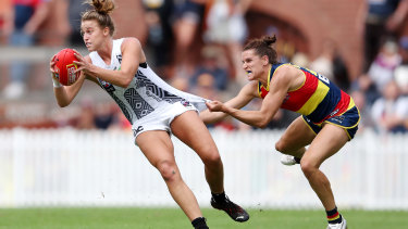Chelsea Randall (right) in action against Collingwood during the AFLW season.