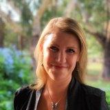 Giorgia Butler: Thinks in words, unlike her partner.
