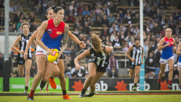 Melbourne's Tegan Cunningham shakes off the Collingwood opposition to head toward goal.