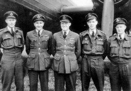 Bill McRae (centre) with bomber crew.