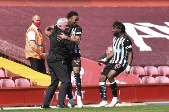 Joe Willock celebrates with coach Steve Bruce after scoring the equaliser.