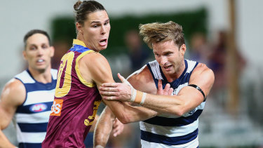 Eric Hipwood and Lachie Henderson go toe-to-toe during the preliminary final.