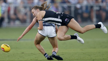 Jordyn Allen of Collingwood tackles Sophie Van De Heuvel of Geelong.