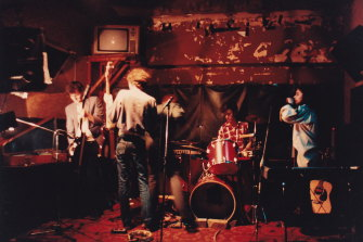 The Lighthouse Keepers play the Strawberry Hills Hotel in 1983.