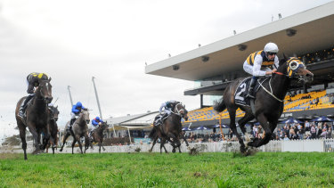 Hugh Bowman and Quick Thinker surge to the line in the Ming Dynasty Quality.