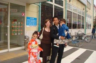 オーストラリアの女性キャサリン・ヘンダーソン(Catherine Henderson)は、東京に住んでいた。 彼女は夫が娘と息子を誘拐したという事実を知って仕事を終えて家に戻ってきたと述べた。