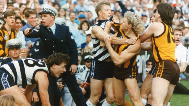 Steve Hocking tangles with Dermott Brereton in the 1989 grand final.