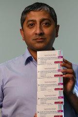 Dr. Umair Masoud con el aumento del suministro de la vacuna AstraZeneca que le dio el gobierno.