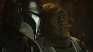 Mando meets one-eyed alien crime boss Gor Koresh (John Leguizamo).