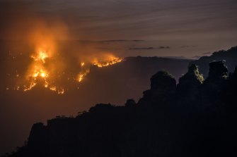 The Ruined Castle Fire burning under strong westerly winds earlier this week near Echo Point in the Blue Mountains.