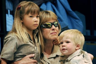 Terri Irwin with daughter Bindi  and son Bob attend the memorial service for her husband at Australia Zoo in 2006.