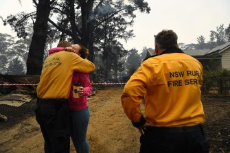 Hannah Morris thanks Wingello RFS Captain Mark Wilson after his brigade saved her home.