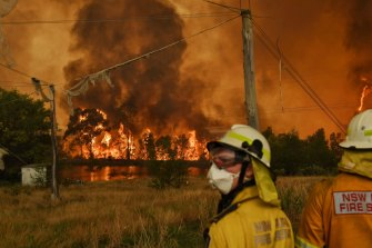 The RFS watches the Gospers Mountain fire at Bilpin.