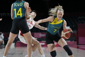Opals centre Marianna Tolo sets a screen for teammate Tess Madgen (#7) against China.